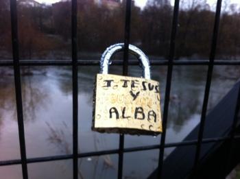 Candado del amor en el puente del arroyo Nieblas