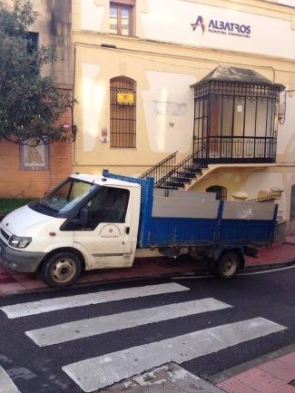 Vehículo del Ayuntamiento aparcado en paso cebra, sobre la acera y en dirección prohibida. No va más.